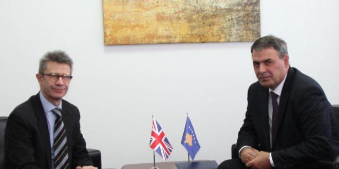 Ministri i FSK-së, Haki Demolli priti në takim drejtorin më Ministrisë së Mbrojtjes të Britanisë së Madhe, Nick Gurr