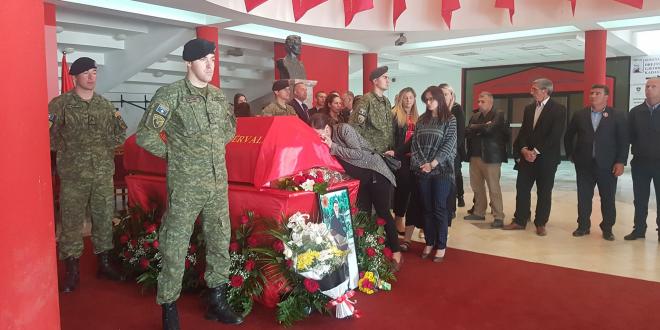 Elmije Plakiqi: U dashkan të vdesin Fetnetja me shoqe, që pushtetarët tanë të kujtohen se ato qenkan Heroina të Kosovës