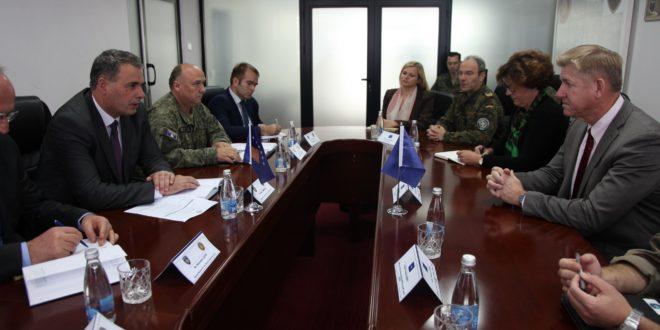 Ministri Haki Demolli priti zëvendës asistentin për operacione të Sekretarit gjeneral të NATO-s, John Manza