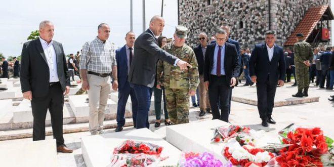 Haradinaj: Heroizmi i dëshmorëve të kombit do të na shërbejë përherë si burim për fuqizimin e shtetit të Kosovës