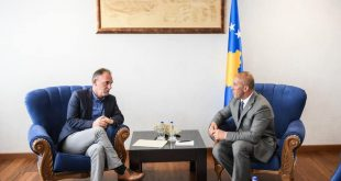 Takohen Ramush Haradinaj dhe Fatmir Limaj, bisedojnë për shpërndarjen e Kuvendit