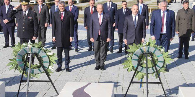 Ministri i Mbrojtjes dhe komandanti i FSK-së bënë homazhe në Kompleksin Memorial në Prekaz