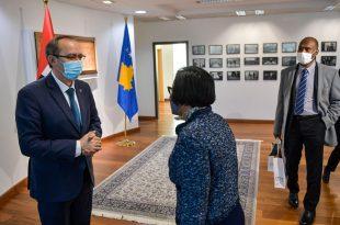 Kryeministri Avdullah Hoti, takon ambasadoren e Emirateve të Bashkuara Arabe në Kosovë, Nabila Abdelaziz Alshamsi