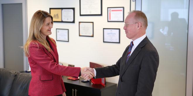 Ministrja e Drejtësisë, Dhurata Hoxha, prit në takim shefin e OSBE-së në Kosovë, Jan Braathu