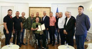 """Kryetari Thaçi, ka dekoruar Jetullah Gashin me urdhrin """"Heroi i Kosovës"""" për sakrificën dhe trimërinë e treguar në luftë"""