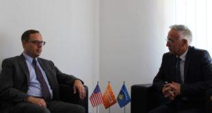 Jakup Krasniqi dhe Skënder Reçica, kanë biseduar me diplomatin amerikan, Stephen Banks