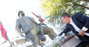 Kryetari Veseli bëri homazhe dhe vendosi kurora lulesh te varrezat e dëshmorët Ferki Aliu dhe Sadik Bega