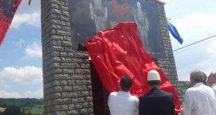 Është zbuluar pllaka përkujtimore ku në të janë gdhendur në mermer luftëtarët, Kamer Loshi dhe Murat Loshi