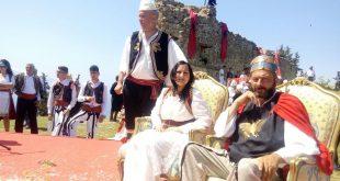 Një festë-dasmë e rrallë dhe e pazakontë. Një improvizim që të çon thellë në histori, për të njohur dasmën më të rrallë shqiptare në themelet e kalasë së vjetër të Kaninës legjendare. Dje, në datën 22 prill 2018, ora 12:00, në Kalanë e Kaninës, Deputeti dhe djali i Kaninës, Fate Velaj,