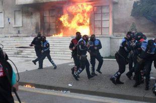 Zjarrëvënësit e opozitës kanë hedhur bomba molotov edhe në godinën e Kuvendit