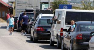 Bashkatdhetarët po përballen me kolona të gjata nëpër pikëkalimet kufitare me Serbinë deri një orë e gjysmë pritje