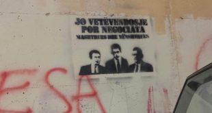 Grafite të shumta janë vendosur në pjesë të ndryshme të qytetit të Lipjanit me foto të Gjuriqit dhe Sveçlës
