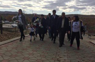 Në trevjetorin e vdekjes së Astrit Deharit, kryetari i Lëvizjes Vetëvendosje, Albin Kurti bën homazhe tek varri i të ndjerit