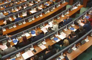Deputetët e Kuvendit të Kosovës e votojnë rezolutën e cila e autorizon Qeverinë ta udhëheqë dialogun me Serbinë