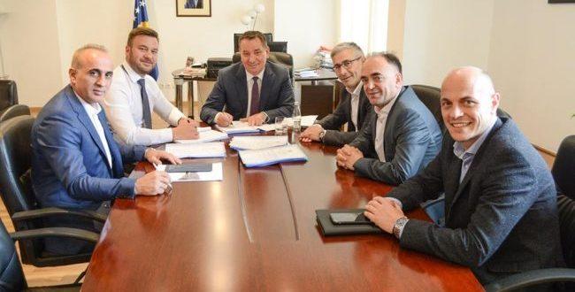 Lekaj bënë të ditur se ka nënshkruar kontratë në vlerë prej 8 milionë e 256 mijë euro për rrugën Dollc – Gjakovë