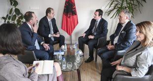 Kryetari i Vetëvendosjes Albin Kurti pret në takim kryetarin e Këshillit Kombëtar të Shqiptarëve në Mal të Zi, Faik Nika