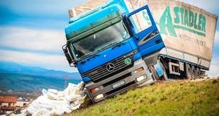 Aktivistët e Vetëvendosjes kanë përmbysur edhe një kamion me prodhime të Serbisë në Rrugën e Kombit