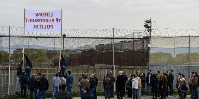 Aktivistët e Vetëvendosjes dhe familjarë të tyre protestuan para ndërtesës së Burgut të Lypjanit