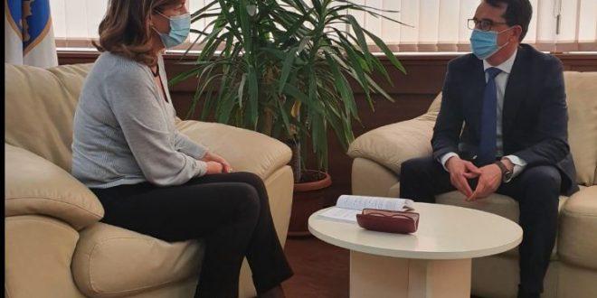 Kryetarja e KQZ-së, Valdete Daka diskuton më kryesuesin e KGjK-së, Skënder Çoçaj për verifikimin e kandidatëve për deputet
