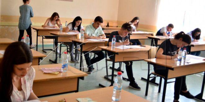 Maturantët e rajonit të Pejës dhe të Mitrovicës janë të fundit që sot do t'i nënshtrohen pjesës së dytë të provimit të maturës