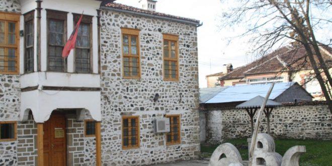 Tërmetet që e kanë goditur qarkun e Korçës kanë shkatuar dëme edhe në Muzeun Kombëtar të Arsimit