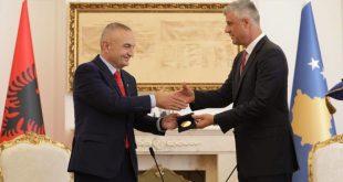 RKL: Tre kryetarët partiakë: Bujar Nishani, Ilir Meta e Hashim Thaçi do të mbahen mend për shpërndarje dekoratash...