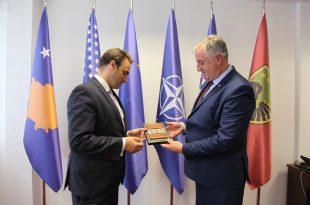 Ministri i Mbrojtjes, Rrustem Berisha, priti në takim lamtumirës ambasadorin e Mbretërisë së Bashkuar në Kosovë, Ruairi O'Connell