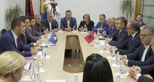Ministri i MTI-së, Endrit Shala, ka pritur sot në takim ministrin e Turizmit dhe Mjedisit të Shqipërisë, Blendi Klosi