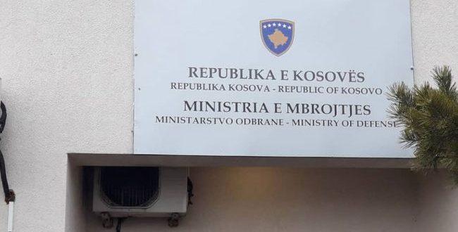 Të enjten disa të rinj protestojnë para Ministrisë së Mbrojtjes për parregullsitë në konkursin e fundit në FSK