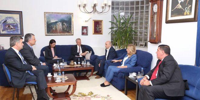 Kryetari i LDK-së, Isa Mustafa ka pritur në takim përshëndetës ambasadorin e ShBA-ve në Prishtinë, Greg Delawie