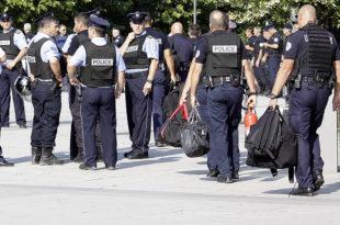 Njësia speciale e Policisë së Kosovës është vendosur para ndërtesës së Qeverisë dhe Kuvendit