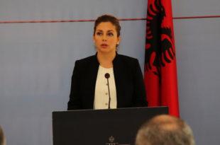Ministrja Xhaçka i bënë apel të gjithë banorëve që i kanë banesat e dëmtuara të mos hyjnë në to deri të bëhet vlerësimi i tyre