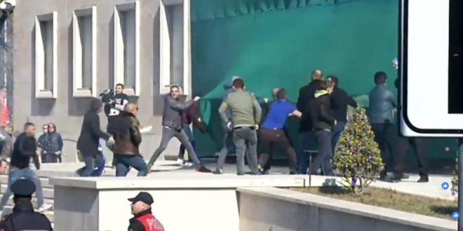 Opozita në Shqipëri po përpiqet ta fitojë me dhunë pushtetin, që nuk e merr dot me votë