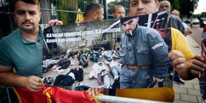 """Bashkatdhetarët shqiptarë në Hagë në mbrojtje të Thaçit edhe sot: """"UÇK nuk ka kryer krime, UÇK e ka mbrojtur Kosovën nga kriminelët"""""""