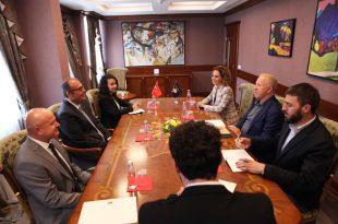 Zëvendëskryeministri Pacolli takon konsullin e përgjithshëm të Turqisë në Prizren, Serdar Ozaydın