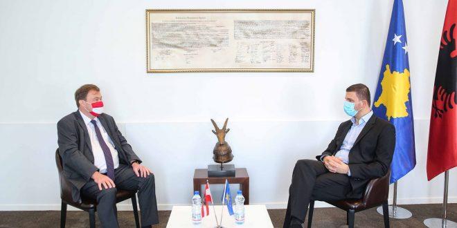 Kryetari i PDK-së, Memli Krasniqi e pret në takim ambasadorin e austriak në Kosovë, Christoph Weidinger