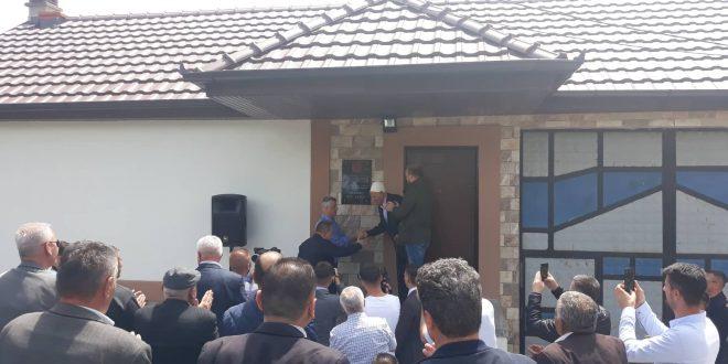 Në shtëpitë e Hasan Bajraktarit dhe Idriz Ferizit zbulohen pllakat përkujtimore, në nderim të kontributit për liri të vendit