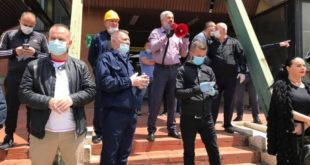 Dhjetëra punëtorë të KEK-ut protestojnë më kërkesën për kthimin në punë të kryeshefit ekzekutiv Njazi Thaçi