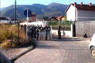 Policia ka arritur që në mënyrë të dhunshme ta zhbllokojë rrugën në fshatin Mushtisht