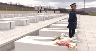 Sot në Prekaz, po nderohet vepra dhe heroizmi i Kryekomandantit të UÇK-së, Adem Jashari, i të rënëve dhe çlirimtarëve të Kosovës