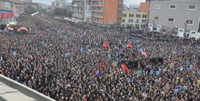 Me 29 shtator 2018 Vetëvendosja organizon protestë kundër idesë se kryetarit Thaçi për korrigjimin e kufijve