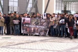 Të rinjtë e AAK-së kanë mbajtur një aksion simbolik para Pallatit të Drejtësisë në Prishtinë