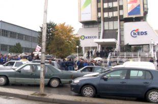 Punëtorët e larguar nga KEDS-i protestuan edhe sot