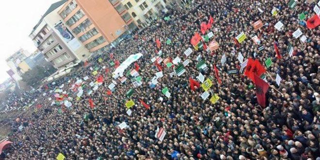 """Vetëvendosje po vazhdon mobilizimin për protestën kundër idesë së kyetarit Hashim Thaçi për """"korrigjimin e kufijve"""""""