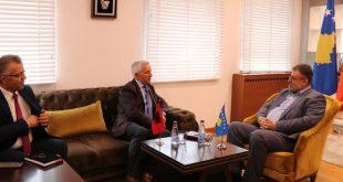 Ministri Kuçi dhe ambasadori Minxhozi diskutojnë për marrëveshjet që do të nënshkruhen të shtunën