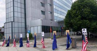 Objekti i Qeverisë së Kosovës është rrethuar me flamuj Amerikës e NATO-s dhe me foton e Agon Musliut