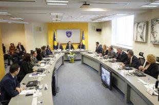 Albin Kurti e mbanë mbledhjen e parë ceremoniale të qeverisë, kërkon angazhim maksimal të ministrave