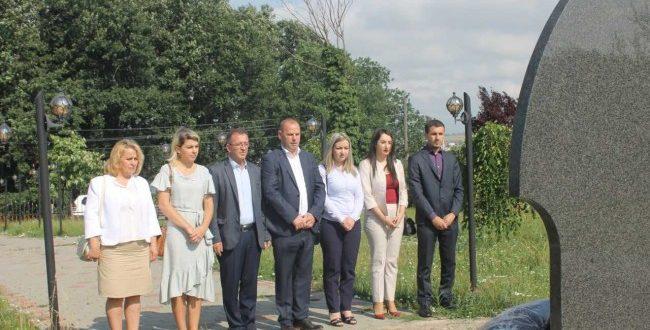 Kryetari i Drenasit, Ramiz Lladrovci në Ditën e Çlirimit të qytetit bënë homazhe në varrezat e dëshmorëve