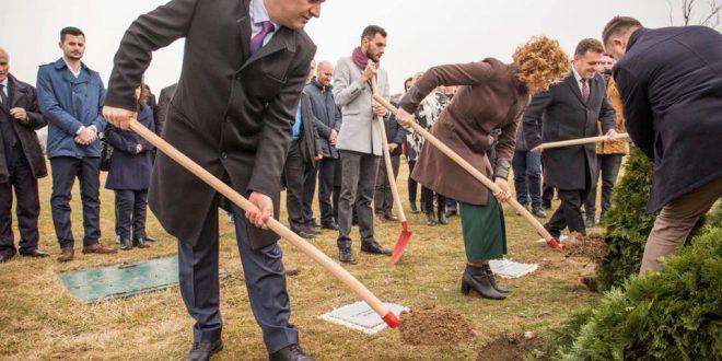 Në kompleksin ''Adem Jashari'' janë mbjelldhur 116 fidanëve, që simbolizojnë shtetet që e kanë njohur Kosovën