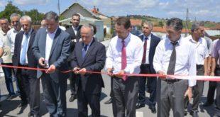 Ministri i Infrastrukturës, Lufti Zharku me zëvendësministrat: Hanefi Muharremi dhe Fehmi Mujota, si dhe me nënkryetarin e komunës së Skenderajt,